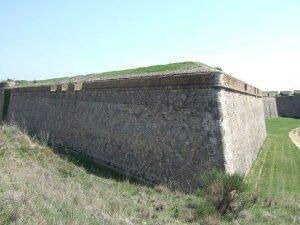 vista_de_la_muralla_i_el_fossat_del_castell_de_sant_ferran_de_figueres