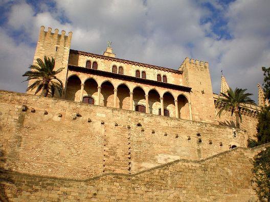 Palma_de_Mallorca_-_Palacio_de_la_Almudaina_-_panoramio